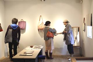 カバン作家=Cotomono(コトモノ)展示会の様子